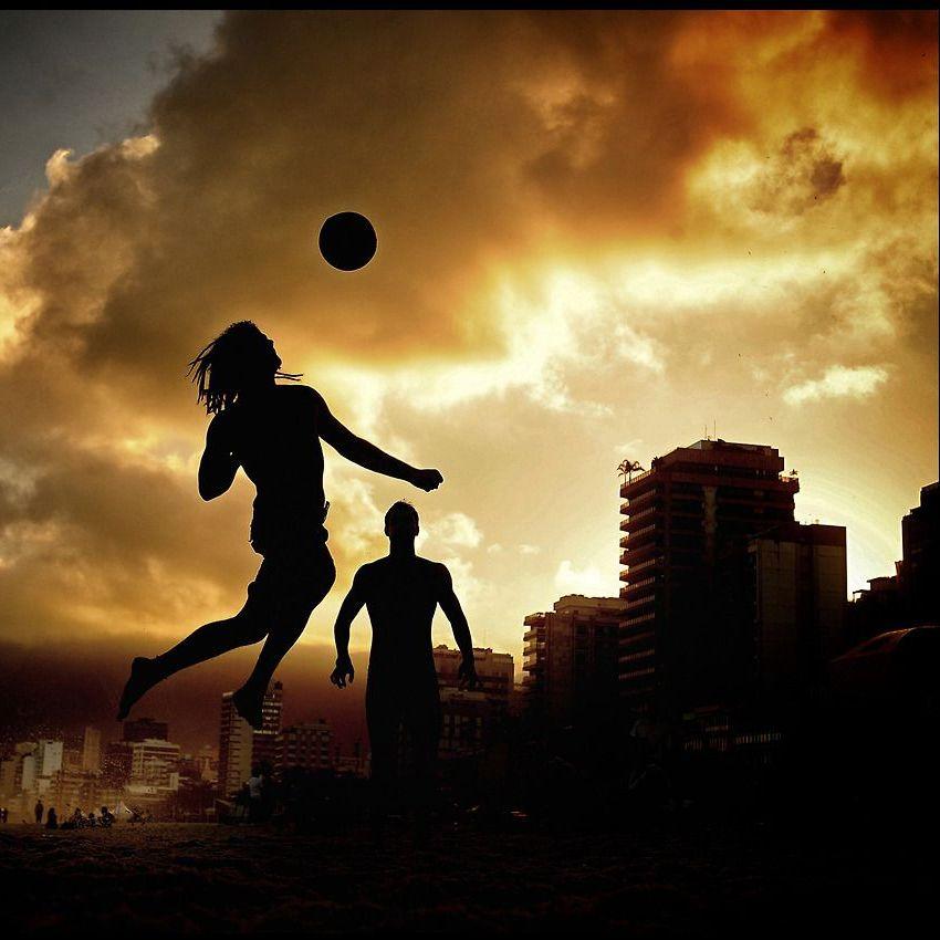 man-plays-football-on-ipanema-beach-hombre-jugar-futbol-playa-ipanema-brasil