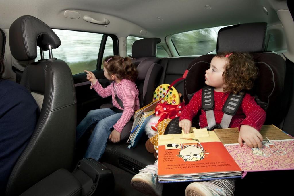 niños-jugando-en-auto