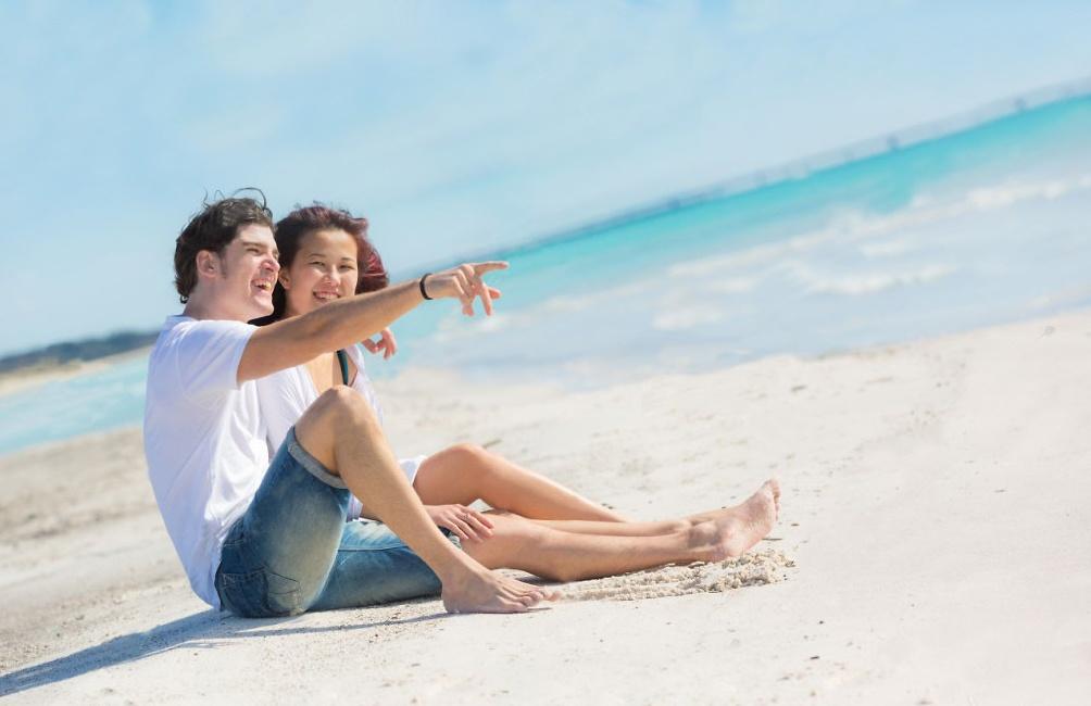 19688737-Pareja-joven-sentado-en-una-playa-del-Caribe-Foto-de-archivo-1024x682