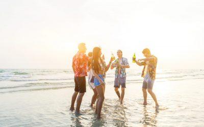 Amigos riendo en la playa de Cancún