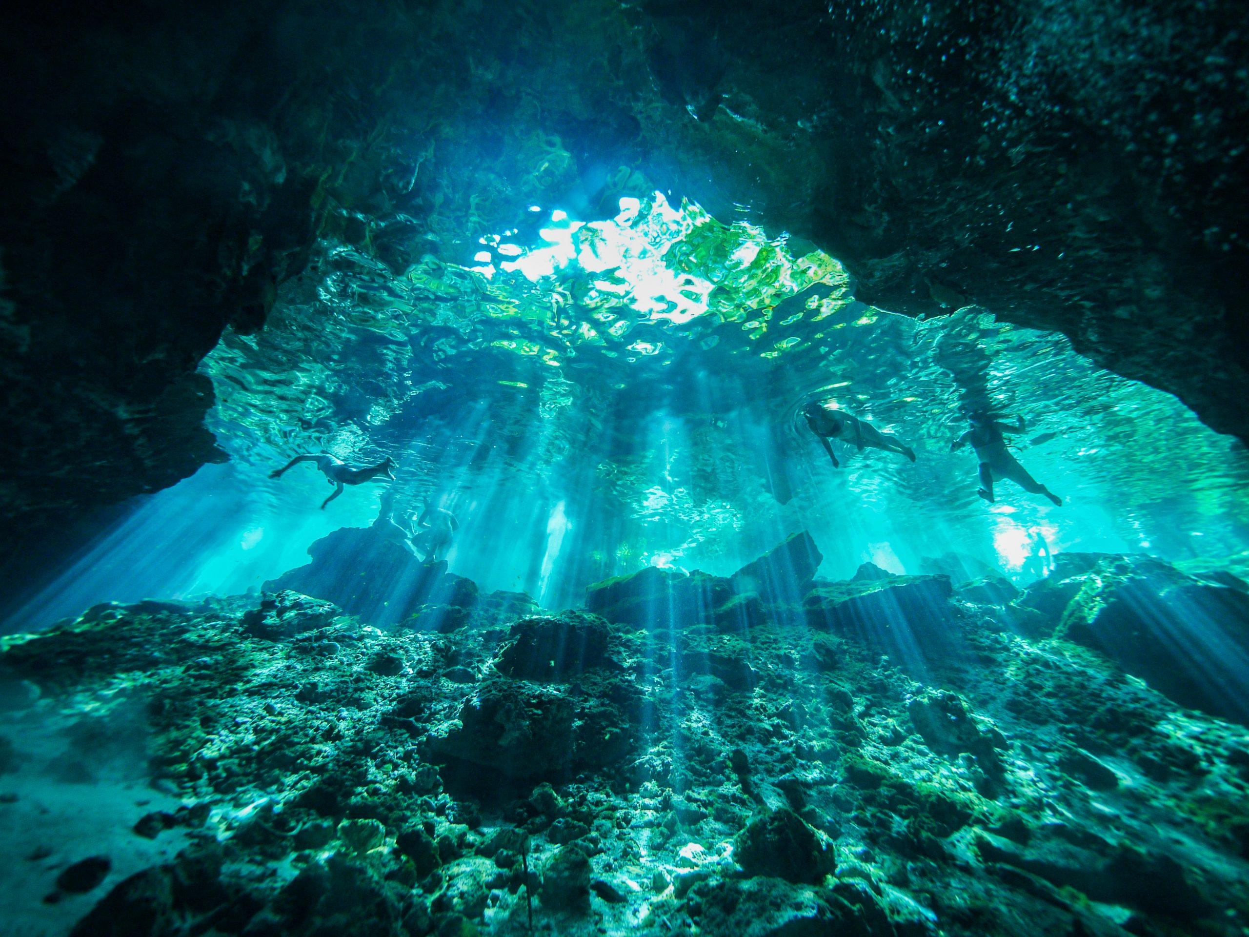 interior cenote en Tulum