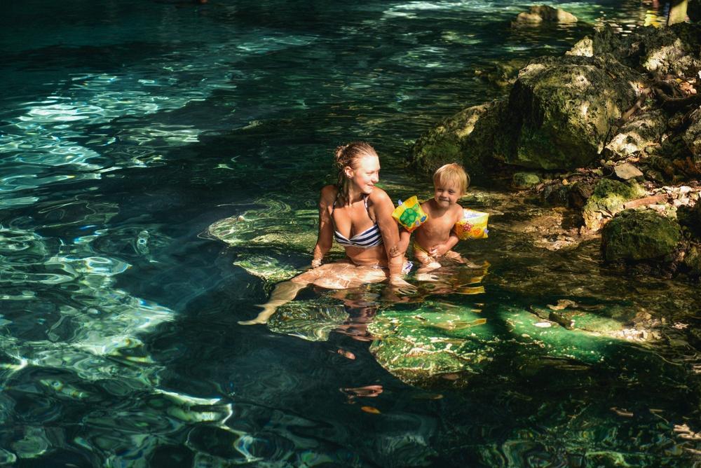 Familia disfrutando en Cenote Dos Ojos