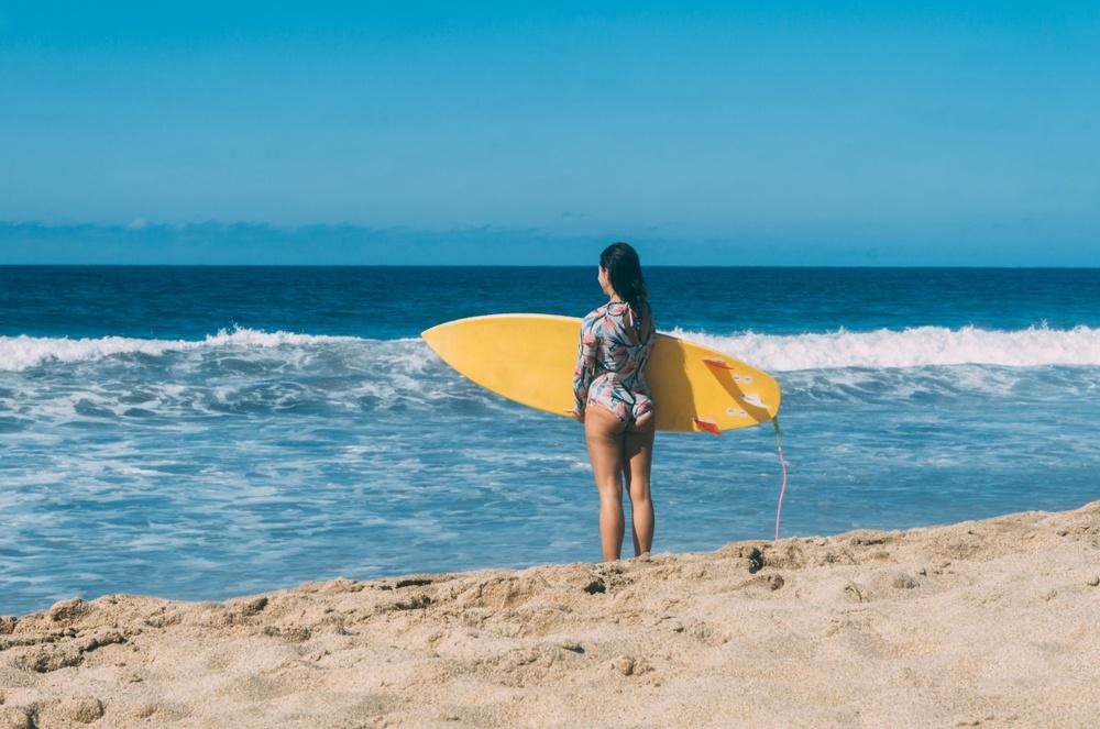 Haciendo surf en playa Delfines, Cancún