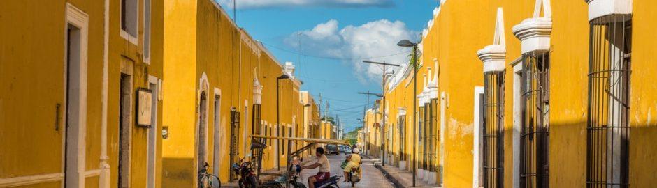 Calles y edificios amarillos en Izamal, México