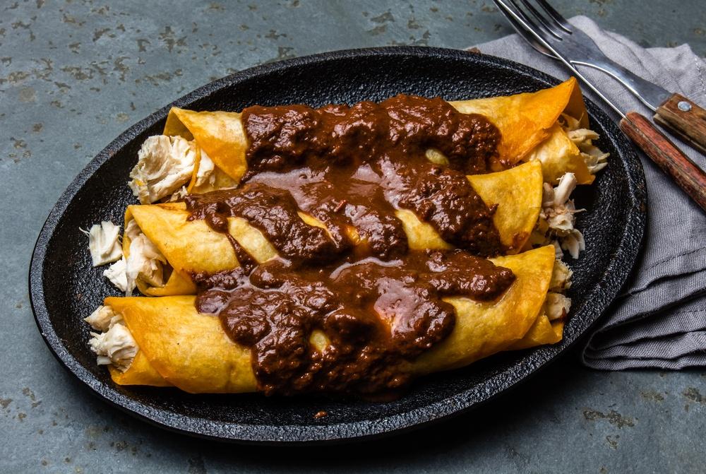 Plato de enchiladas con salsa de mole