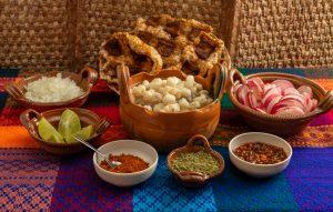 Ingredientes de un pozole típico mexicano