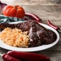Plato tradicional de mole con pollo y arroz