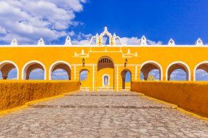 Edificio amarillo característico en Izamal, México