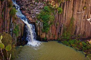 Cascada en los prismas basálticos en Huesca de Ocampo, México