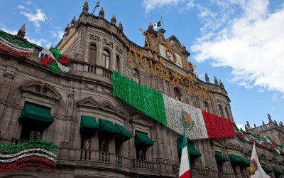 Fachada con bandera mexicana en el Zócalo de puebla