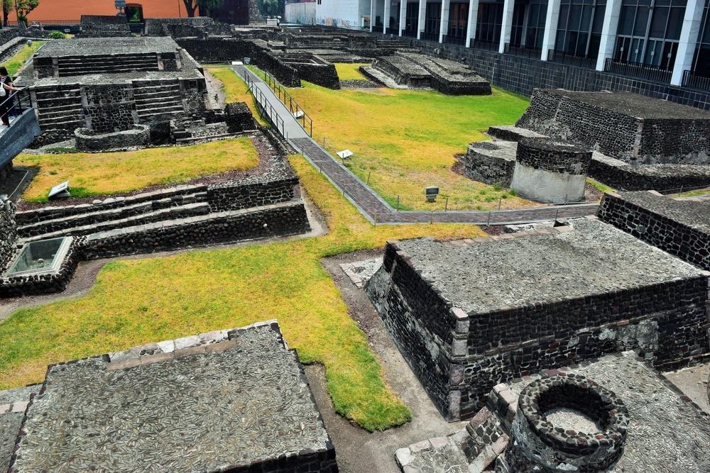 Zona arqueológica en la Plaza de las tres culturas en Ciudad de México