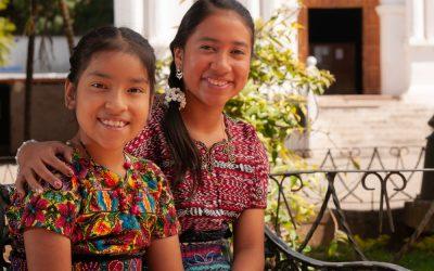 Niñas indígenas en pueblo de México
