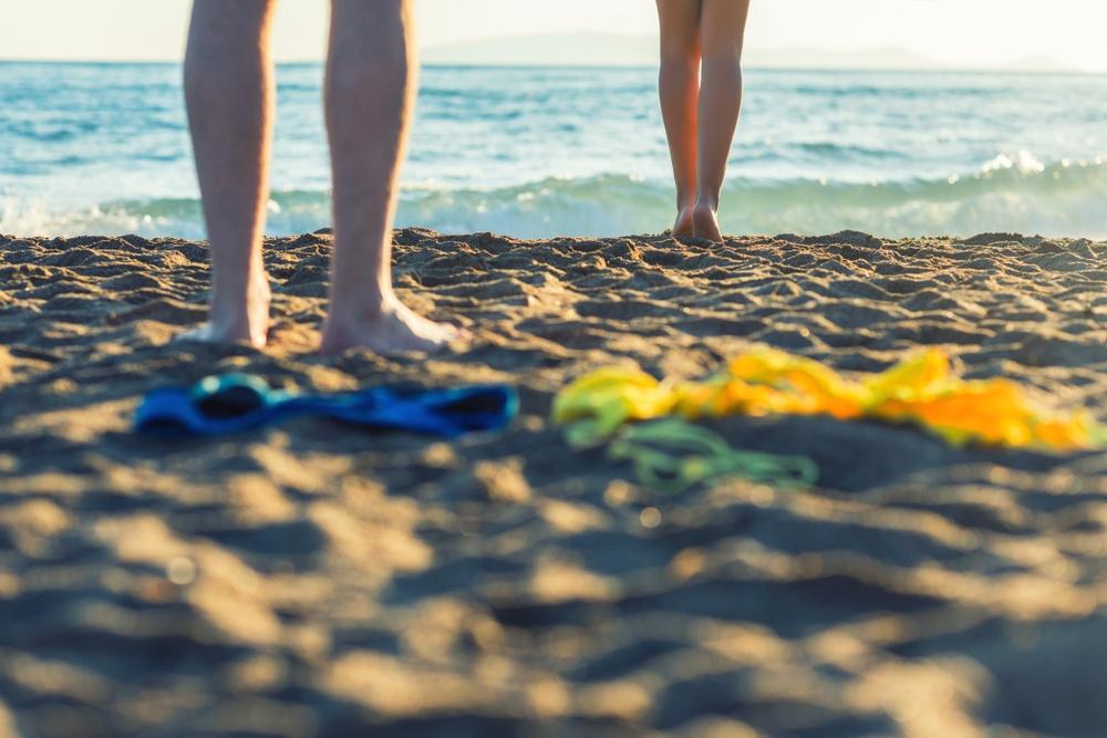 Pareja en playa nudista en Mexico